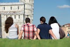 Cuatro amigos el vacaciones que visitan Pisa fotos de archivo