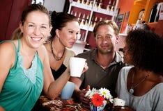 Cuatro amigos en un café Foto de archivo