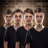 Cuatro amigos jovenes se colocan uno al lado del otro en la unidad fotografía de archivo libre de regalías