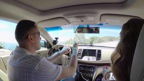 Cuatro amigos que conducen en coche metrajes