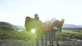 Cuatro amigos que hacen el selfie en el fondo de la montaña metrajes