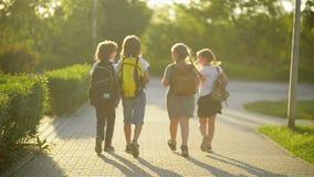 Cuatro amigos van a la escuela Se divierten mucho porque el hoy es su primer día en la escuela metrajes