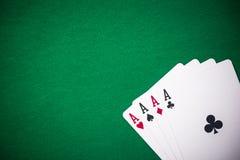 Cuatro as doblados en la tabla verde del casino, espacio de la copia fotografía de archivo