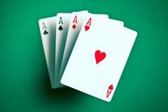 Cuatro as en la tabla verde del casino fotos de archivo