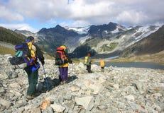 Cuatro Backpackers en el rastro Fotografía de archivo libre de regalías