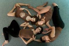Cuatro bailarines de reclinación Imagenes de archivo