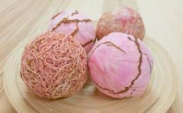 Cuatro bolas de papel decorativas en la bandeja de madera Fotografía de archivo