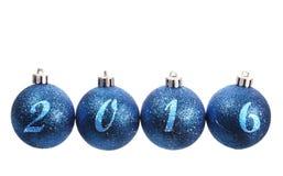 Cuatro bolas spangled azules de la Navidad arreglaron en el año 2016 Fotografía de archivo libre de regalías