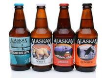 Cuatro botellas de la elaboración de la cerveza de Alaska Co cervezas Imágenes de archivo libres de regalías
