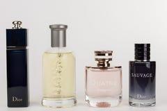 Cuatro botellas de la fragancia para las mujeres y para los hombres en el CCB blanco fotografía de archivo