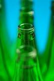 Cuatro botellas verdes en una fila Foto de archivo libre de regalías