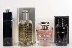 Cuatro botellas y cajas de la fragancia para las mujeres y para los hombres foto de archivo libre de regalías