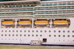 Cuatro botes salvavidases en el barco de cruceros de lujo Fotografía de archivo libre de regalías