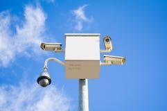 Cuatro cámaras de seguridad exteriores cubren ángulos múltiples en el cielo azul imagen de archivo