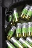 Cuatro 12 cartuchos de la bala de la escopeta de la caza del indicador aislados Imagenes de archivo