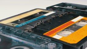 Cuatro casetes audios giran en el fondo blanco almacen de video