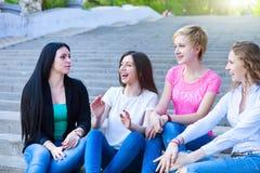 Cuatro chicas jóvenes de los amigos Fotos de archivo libres de regalías