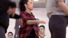 Cuatro chicas jóvenes que bailan en el estudio metrajes