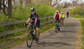 Cuatro ciclistas en el Greenway del río de Roanoke imagenes de archivo
