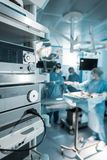cuatro cirujanos en sala de operaciones Fotografía de archivo