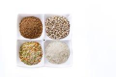 Cuatro clases de cereal están en la placa Imagen de archivo libre de regalías
