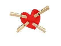 Cuatro clips pellizcan el corazón rojo Imágenes de archivo libres de regalías