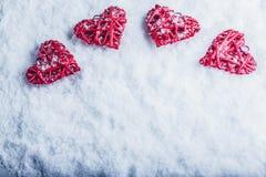 Cuatro corazones románticos hermosos del vintage en un fondo escarchado blanco de la nieve Amor y concepto del día de tarjetas de Fotografía de archivo libre de regalías