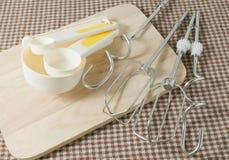 Cuatro cucharas dosificadoras y metales plásticos baten Fotografía de archivo libre de regalías