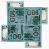 Cuatro denominaciones del dinero del ciento-dólar de los E.E.U.U. en un fondo blanco se alinean con una cruz en uno a Marco cuadr fotos de archivo libres de regalías