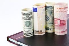 Cuatro, dinero en circulación global importante y mercados fotos de archivo