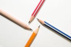 Cuatro diversos colores del lápiz encendido sobre blanco Fotografía de archivo libre de regalías
