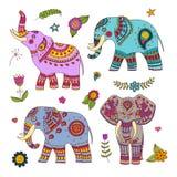 Cuatro elefantes del vector del garabato y elementos florales para el diseño Imagenes de archivo