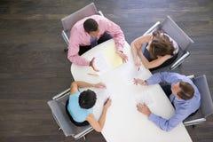 Cuatro empresarios en el vector de la sala de reunión Imágenes de archivo libres de regalías