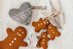 Cuatro galletas del hombre de pan de jengibre en la tabla Foto de archivo libre de regalías