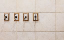 Cuatro ganchos en la pared del cuarto de baño imagen de archivo