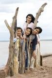 Cuatro hermanos por a orillas del lago Fotos de archivo libres de regalías