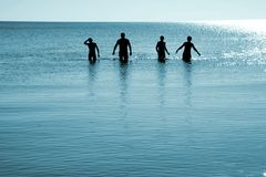 Cuatro hombres en agua Foto de archivo