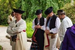 Cuatro hombres vestidos en trajes populares Imágenes de archivo libres de regalías