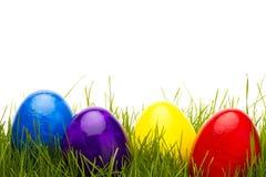 Cuatro huevos de Pascua en hierba Foto de archivo