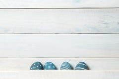 Cuatro huevos de Pascua hechos a mano coloridos Fondo con los huevos de Pascua Con efecto retro del filtro Imágenes de archivo libres de regalías