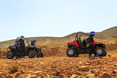 Cuatro jinetes a partir del soporte de ATVs de dos patios en Sahara Desert Imagenes de archivo