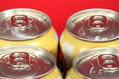 Cuatro latas de soda imagen de archivo