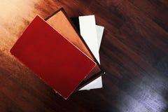 Cuatro libros en blanco apilaron el ontop de uno a foto de archivo
