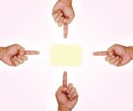 Cuatro manos que señalan al botón Imagen de archivo