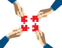 Cuatro manos recogen rompecabezas en un fondo blanco Negocio del concepto Imagen de archivo libre de regalías