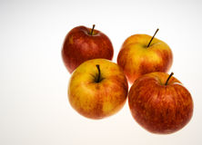 Cuatro manzanas frescas en un fondo blanco horizontal fotos de archivo