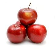 Cuatro manzanas rojas en una pirámide Fotos de archivo libres de regalías