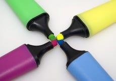 Marcadores coloreados para destacar el texto Foto de archivo