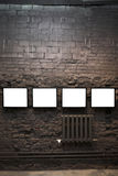 Cuatro marcos vacíos en la pared de ladrillo Imagen de archivo
