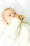 Cuatro meses del bebé mienten en la cama Foto de archivo